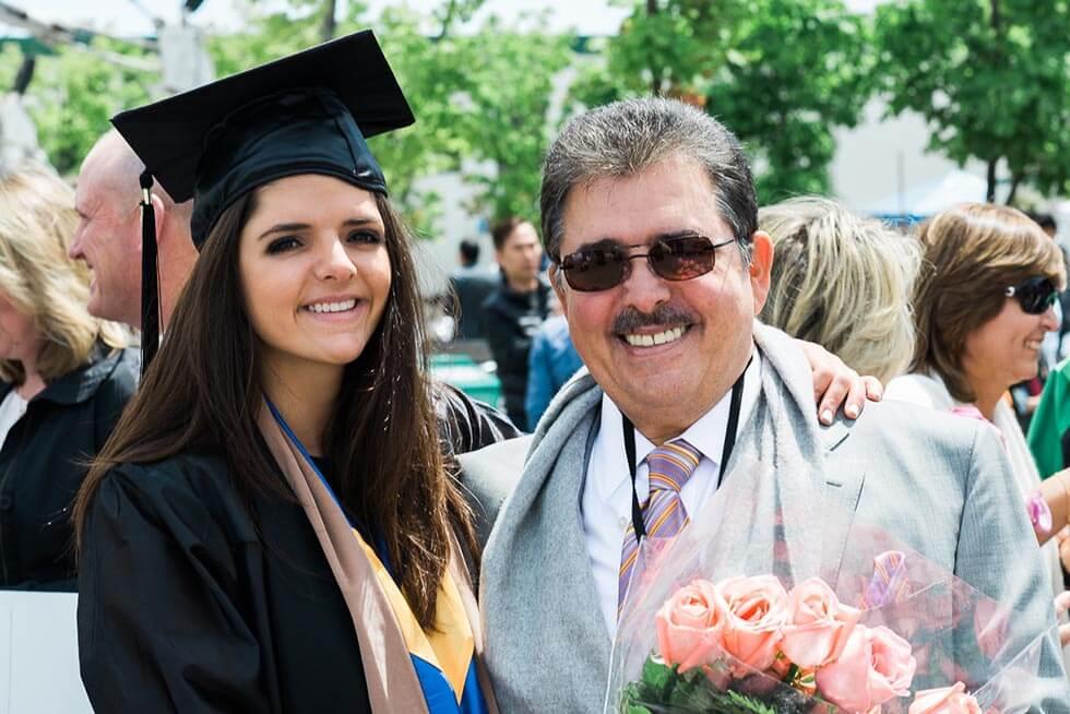 Schucry Kafie en la graduación de su hija menor Marianne Kafie